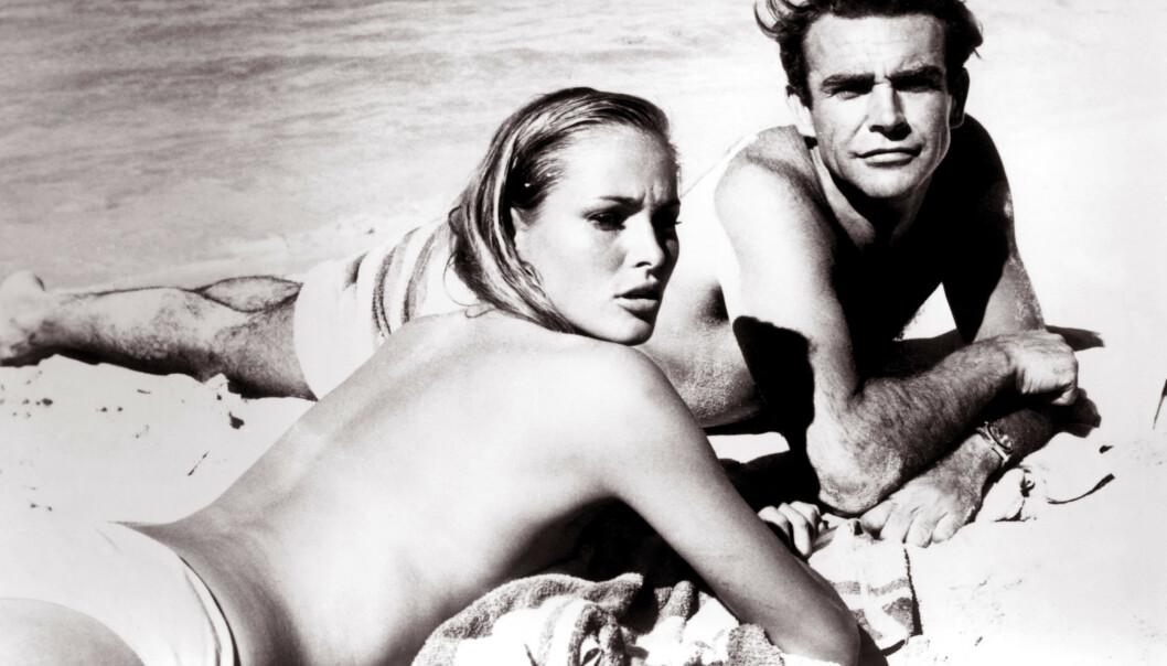 DEN STØRSTE? Ursula Andress blir sett på som den kanskje største Bond-piken noensinne. Her er hun fotografert med Sean Connery i forbindelse med innspillingen av James Bond-filmen Dr.No. Foto: Moviestore REX/NTB Scanpix