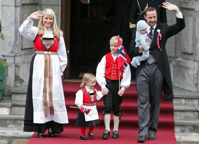 <strong>DEN GANG DA:</strong> Kronprinsesse Mette-Marit, prinsesse Ingrid Alexandra, Marius Borg Høiby og kronprins Haakon med prins Sverre Magnus på armen i 2006. Foto: NTB Scanpix