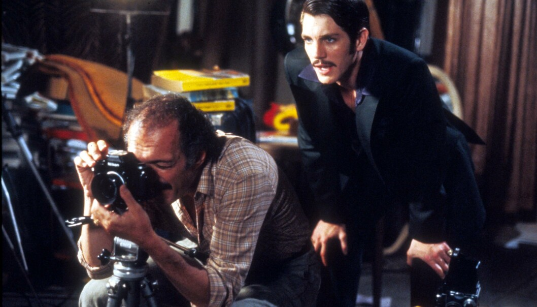 <strong>LITT MER SÅNN:</strong> Paul Snider krevde å få ha en finger med i spillet på konas karriere, og var stadig på filmsettet. Her er Snider portrettert av Eric Roberts (t.h.) i filmen «Star 80». FOTO: NTB Scanpix