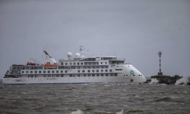 KUNNE SPREDT SMITTEN: Det australske cruiseskipet Greg Mortimer hadde kurs mot Antarktis i mars, men måtte snu etter at svært mange passasjerer ble syke. Foto: AP Photo / Matilde Campodonico / NTB scanpix