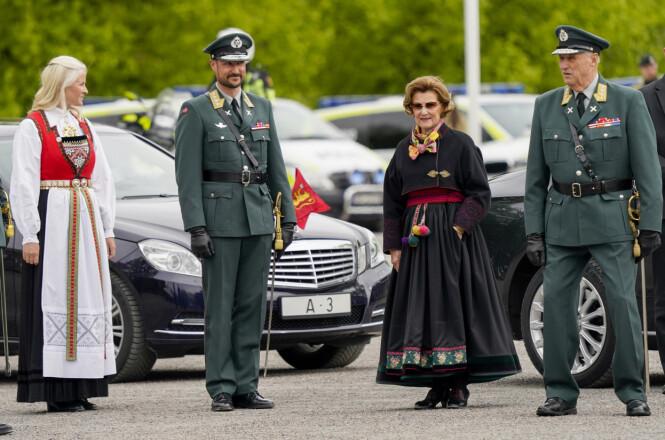 REPRESENTERTE: Kronprinsesse Mette-Marit, kronprins Haakon, dronning Sonja og kong Harald deltok på sitt første offisielle oppdrag under korona-pandemien. For dem var det en selvfølge å delta på 75-årsmarkeringen for frigjøringen på Akershus festning 8. mai. FOTO: Lise Åserud / NTB scanpix