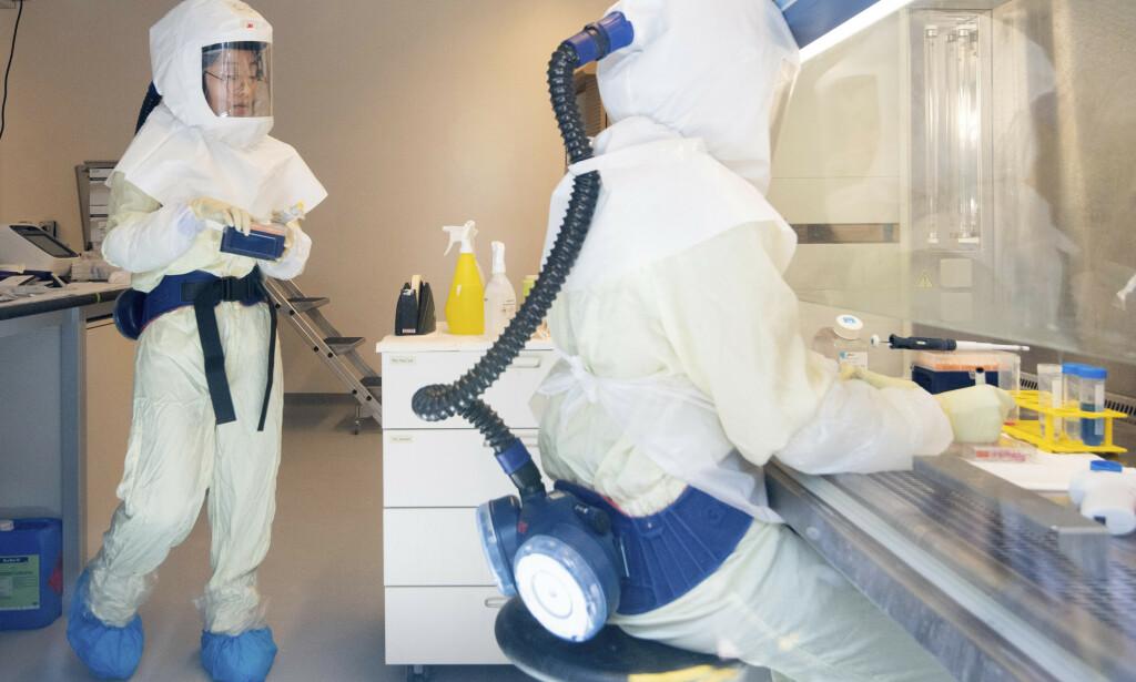 Coronavirusforskere på et laboratorium ved Helmholtz-senteret for infeksjonsforskning i Brunswick i Tyskland. Foto: Julian Stratenschulte / DPA via AP / NTB scanpix