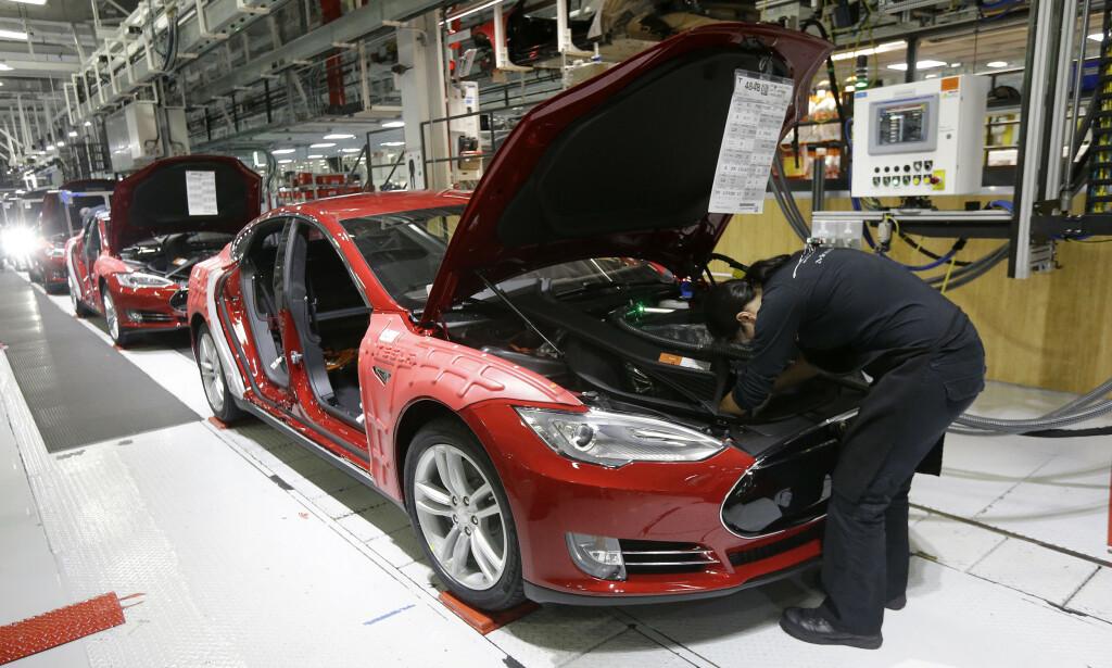 PRODUSERER RIMELIGERE: Tesla lager rimeligere versjoner av Model 3 på deres nye fabrikk i Kina. Det kommer godt med når konkurransen skrur seg til. Her fra fabrikken i Freemont, CA. Foto: AP
