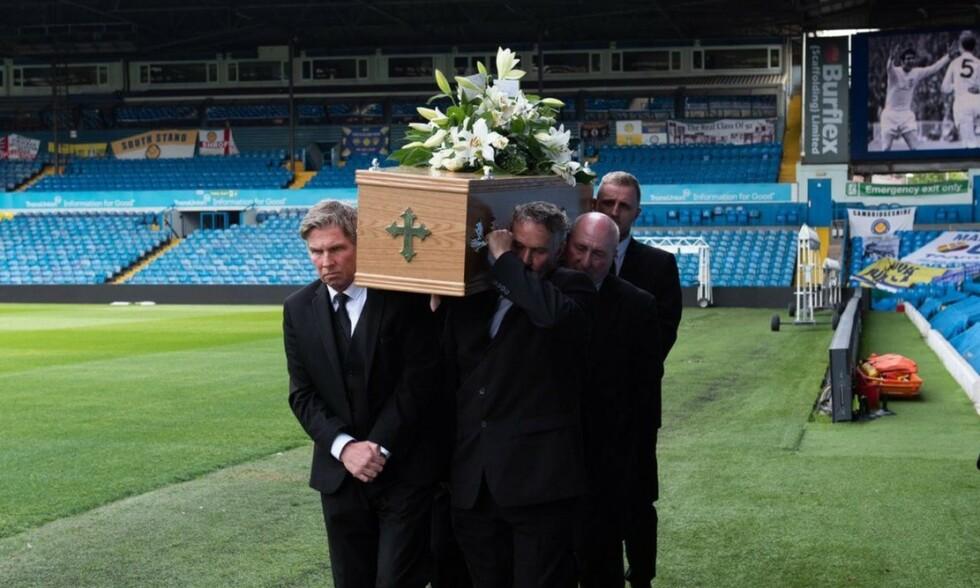 RESPEKTFULLT: Slik ble Norman Hunter vist den siste ære lørdag. Kisten ble båret rundt på Elland Road. Foto: Twitter / @LUFC