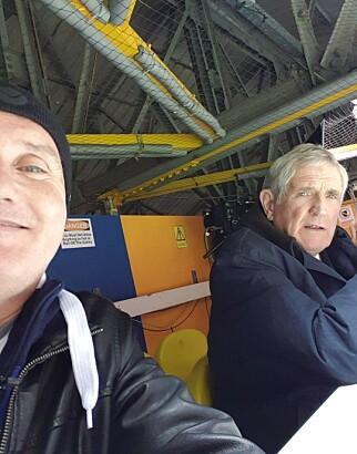 MØTTE LEGENDEN: Anders Palm (t.v.) benyttet anledningen til å ta en selfie med Norman Hunter på Elland Road 7. mars. Foto: Privat