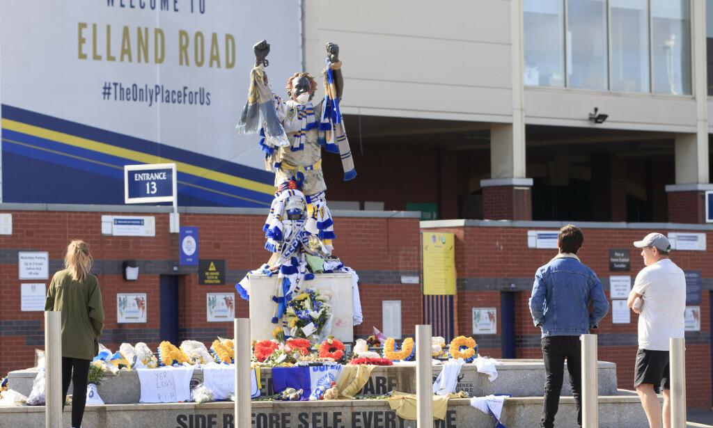 SØRGETID: Mange Leeds-supportere har hedret Norman Hunter utenfor Elland Road. Foto: NTB scanpix