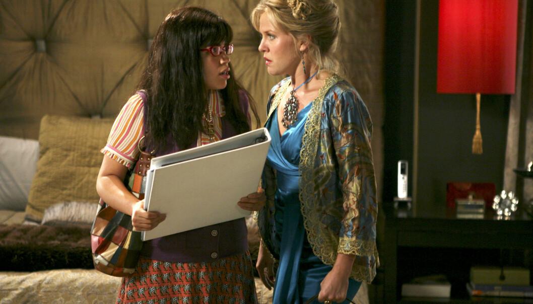 <strong>BLE MAMMA IGJEN:</strong> «Ugly Betty»-stjernen America Ferrera (t.v.) er blitt mor for andre gang. Her i en scene fra serien sammen med Ashley Jensen. Foto: Abc-Tv/ Kobal/ REX/ NTB scanpix