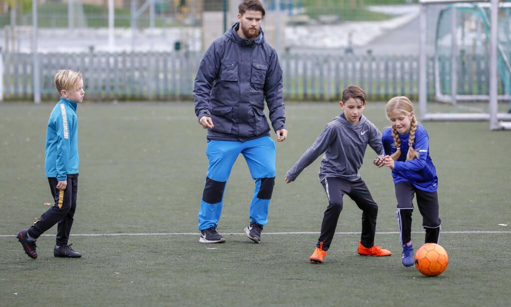 VIL HA ULIKE TYPER: Treneren Eirik Øiestad (ikke personen på bildet) slår et slag for at foreldre med annen bakgrunn enn idrett kommer inn i barneidretten. Illustrasjonsfoto: NTB scanpix