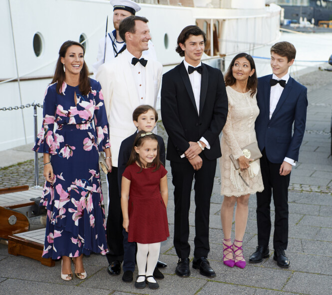 <strong>FAMILIE:</strong> Prins Joachim, kona og deres to barn flytter nå ut av Danmark - igjen. Her er prinsen omringet av hele familien sin, inkludert ekskona Alexandra og deres to felles barn, prins Nikolai og prins Felix. Foto: NTB scanpix