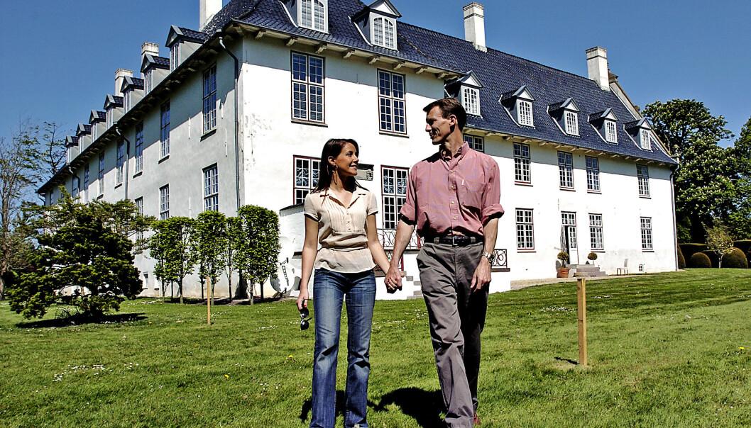 <strong>TILBAKE:</strong> Prinsesse Marie og prins Joachim på solgte Schackenborg slott i 2014. Her er ekteparet avbildet ved sitt tidligere hjem - som de nylig returnerte til - samme år. Foto: NTB Scanpix