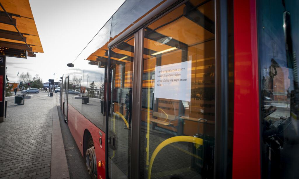SMITTEVERN: Du kan måtte ta ansvar for å vente på neste buss, dersom det er fullt, påpeker kollektivselskapene. Foto: NTB Scanpix