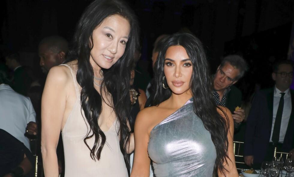 HOLDER SEG GODT: Den «evigunge» motedesigneren Vera Wang står bak en rekke stjernekreasjoner. Her sammen med Kim Kardashian på en galla i New York i oktober 2019. Foto: NTB scanpix