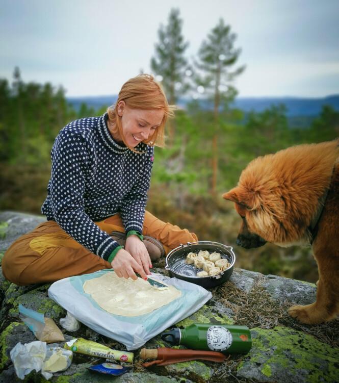 MATLAGING: Bodil og hunden Ronja mekker kanelsnurrer under åpen himmel. FOTO: Privat