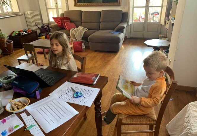 KORONA-HVERDAGEN: Skole, barnehage og hjemmekontor, her er alt på ett sted. Syv år gamle Sophie har fulgt undervisningen via nett, mens lillebror Félix helst følger sitt eget opplegg. FOTO: Privat