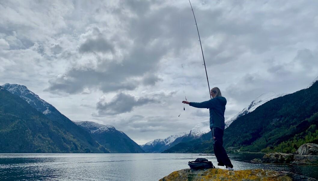 FINNER ROEN: - Helst ville jeg fisket hver dag, sier Jeanette som er bosatt i naturskjønne Odda.