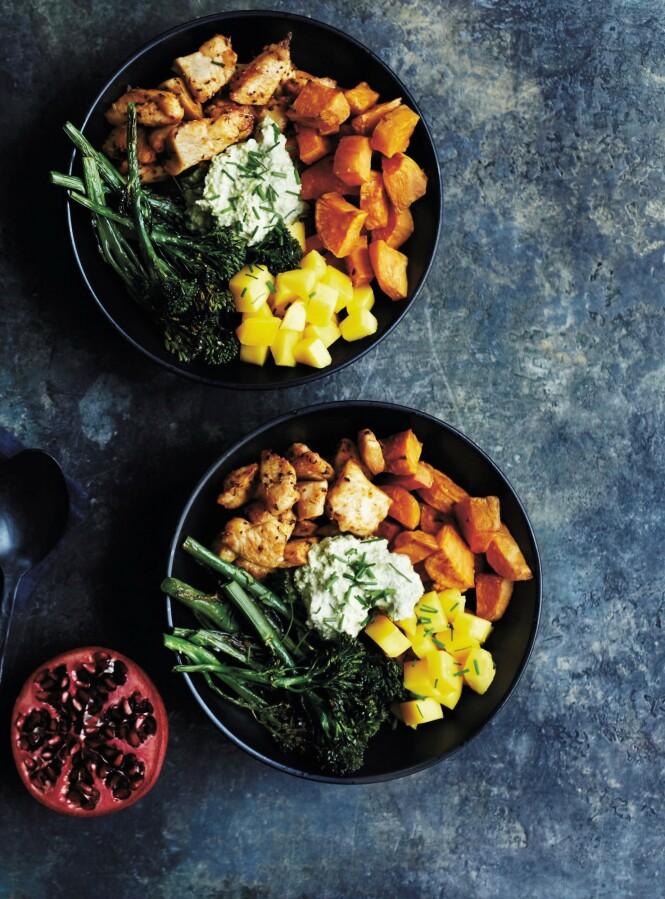 Søtt tilbehør og litt hete kryddere passer veldig godt til det milde kyllingkjøttet. Tips! Får du ikke tak i aspargesbrokkoli, kan du også bruke vanlig brokkoli delt i mindre biter. FOTO: Betina Hastoft