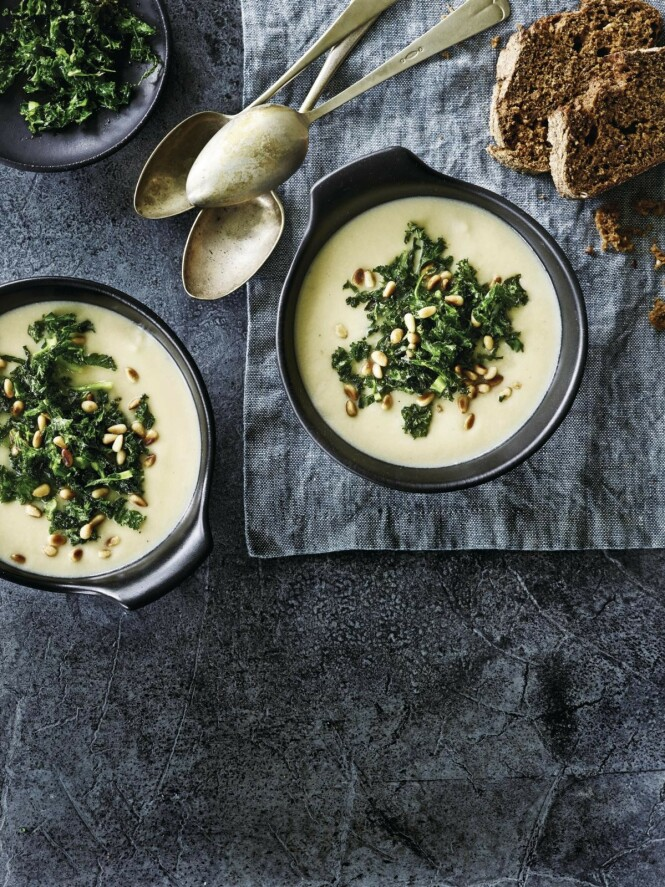 Suppen er rik på gode grønnsaker, og den blir ekstra sunn når du topper den med grønnkålchips. Tips! Ved å bruke potet i suppen får den en fin jevnet konsistens. FOTO: Winnie Methmann