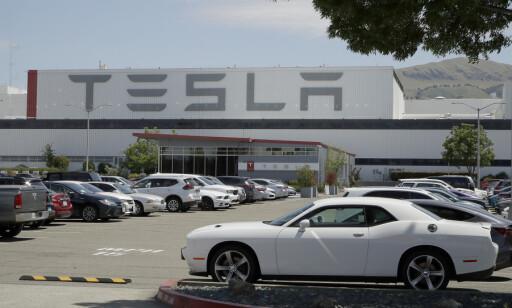 Parkeringsplassen utenfor Tesla-fabrikken i Fremont var nesten full mandag. Foto: Ben Margot / AP / NTB scanpix