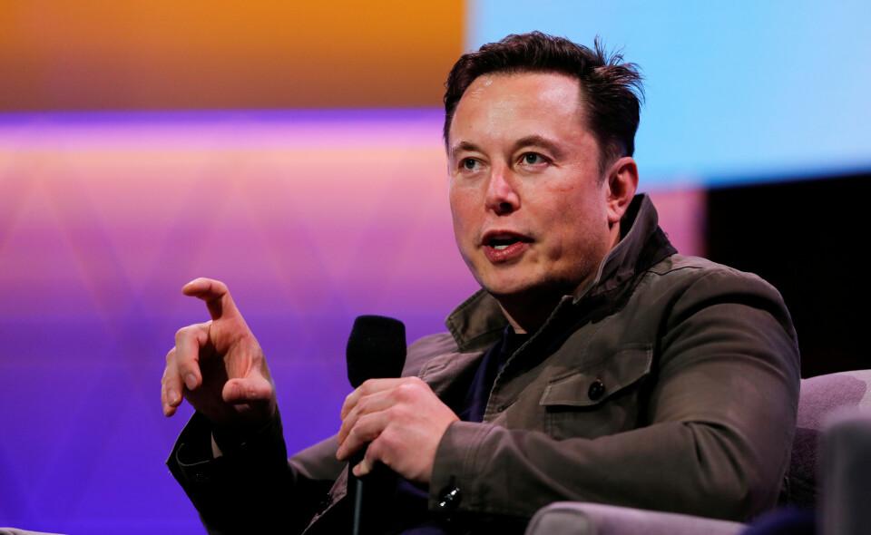 Elon Musk trosser myndighetene og gjenåpner Teslas fabrikk i California. Foto: Mike Blake/Reuters.