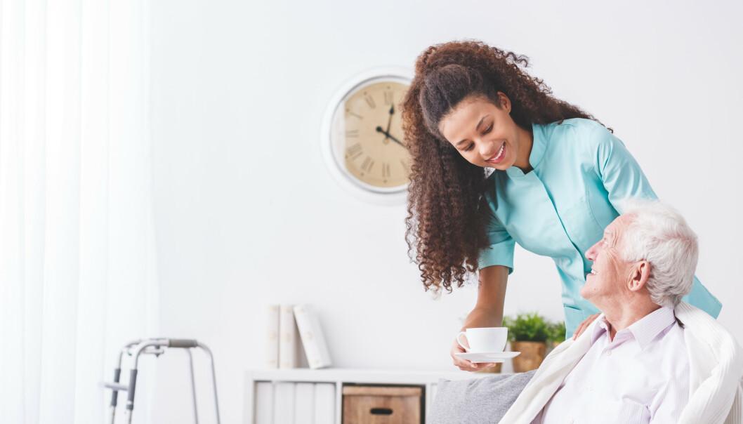 De ansatte kan ikke lenger gi brukerne av dagsenteret en klem, men de kan ta en kopp kaffe og en prat flere ganger i ukab. Illustrasjonsfoto: Shutterstock/NTB Scanpix