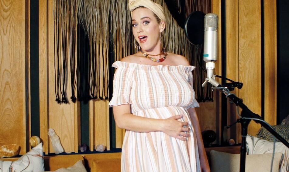 OVERRASKENDE BESKJED: Den høygravide superstjerna Katy Perry under en konsert til inntekt for korona-ofre i mai 2020. Like etter var hun på ultralyd, og fikk en noe uventet beskjed fra barnet i magen. FOTO: NTB Scanpix