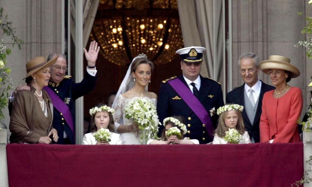 SKANDALEPRINS: Prins Laurent av Belgia har med åra fått litt av et rykte på seg. Nå er familien hans rammet av corona. Her er han fotografert i sitt eget bryllup, med bruden og brudgommens foreldre på sine respektive sider. Foto: NTB scanpix