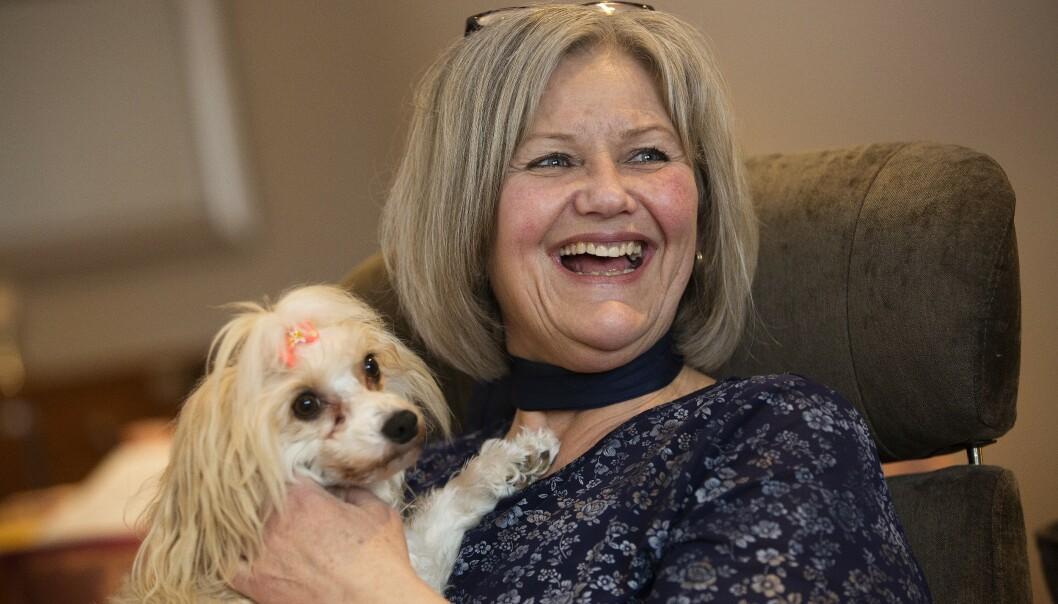 <strong>BESØKSHUND:</strong> Hunden Petrine er sertifisert Røde Kors-besøkshund, og sammen liver de opp hverdagen til eldre mennesker med demens. Foto: Sverre Chr Jarild