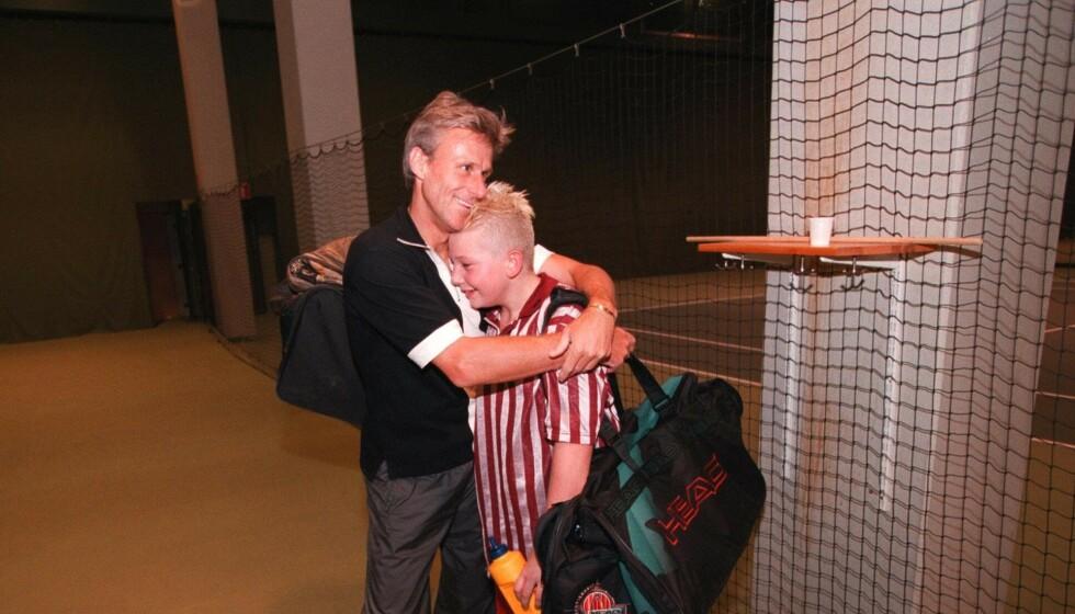 TENNISFAR: Bjørn Borg har flere barn som spiller tennis. Her er han fotografert sammen med sønnen Robin i forbindelse med tennistrening for noen år siden. Foto: Scan-Foto Pressens Bild NTB Scanpix