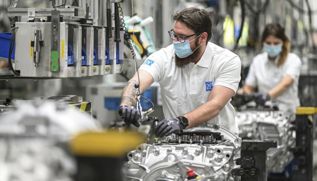 Tyske myndigheter har lettet på tiltak, og landets bilindustri har startet opp igjen, men koronaviruset sprer seg fortsatt. Foto: AP / NTB scanpix