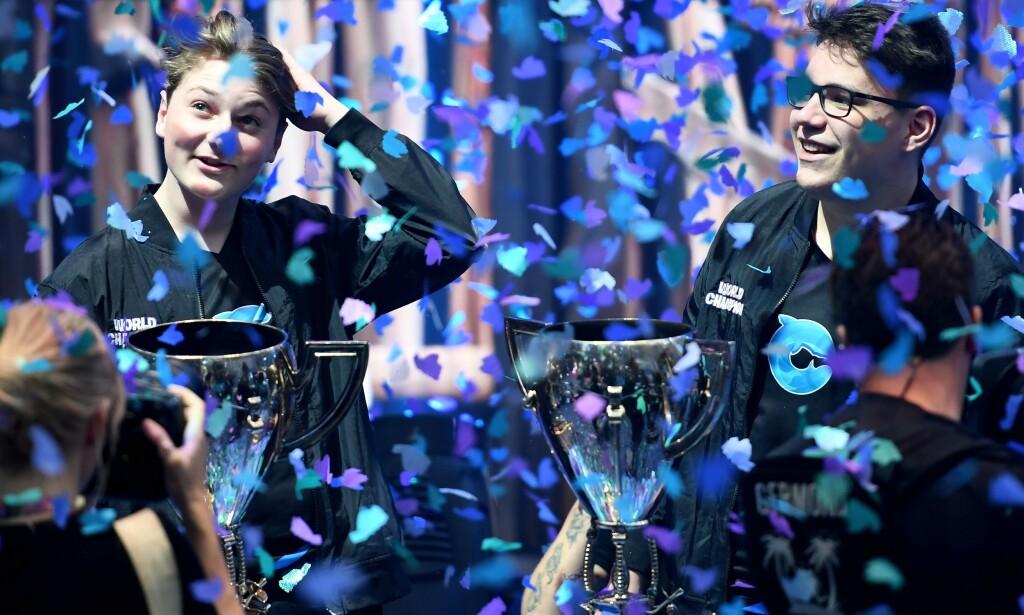 VERDENSMESTER: Emil «Nyhrox» Bergquist Pedersen og Thomas «Aqua» Arnould etter at de vant duo-konkurransen i verdensmesterskapet i Fortnite. Foto: AFP
