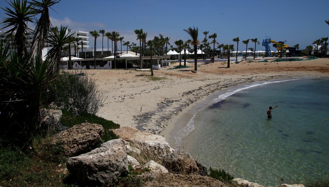 Tomme strender, som her på Ayia Napa på Kypros, betyr sviktende inntekter for turistnæringen. Onsdag kommer EU-kommisjonen med en strategi som kan redde sommerferien for reisende og reiselivet. Illustrasjonsfoto: Petros Karadjias / AP / NTB scanpix