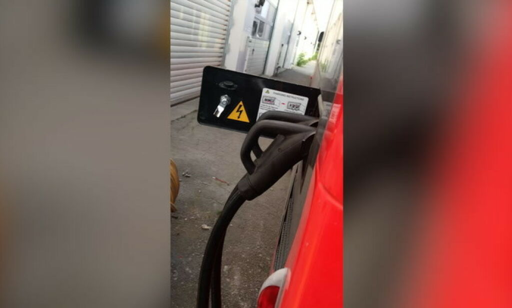 image: Her lades elbussen av et dieselaggregat