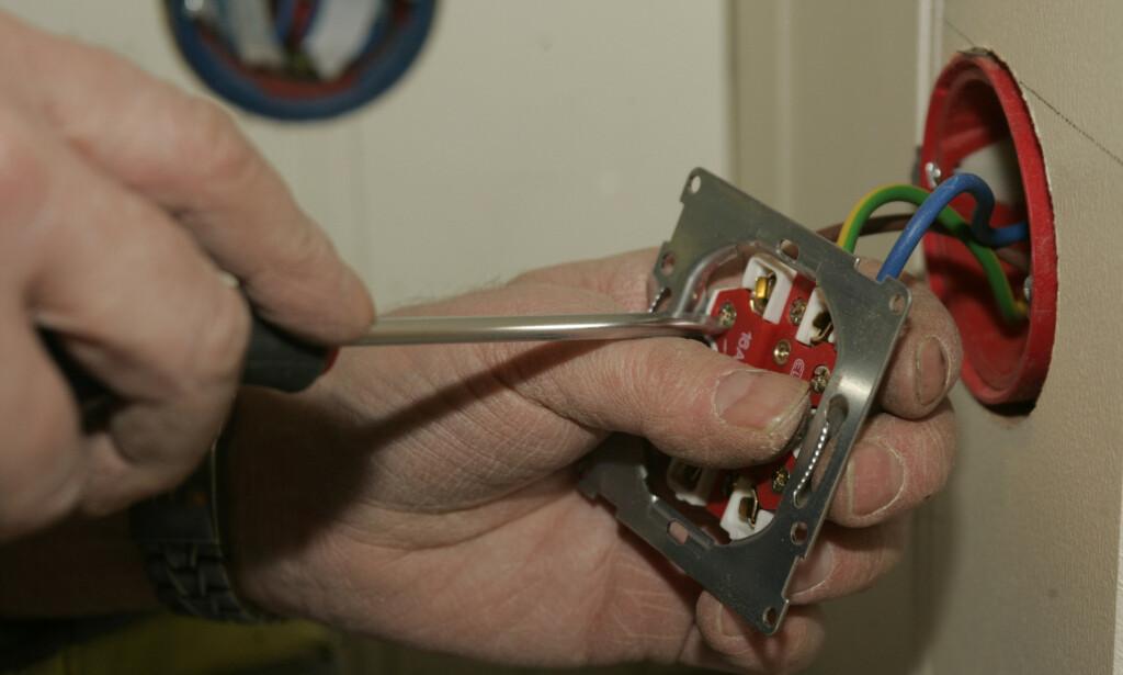 HOBBYELEKTRIKER: Nærmere 1 av 4 sier at de har utført elektrisk arbeid. Foto: Terje Bendiksby/NTB Scanpix.