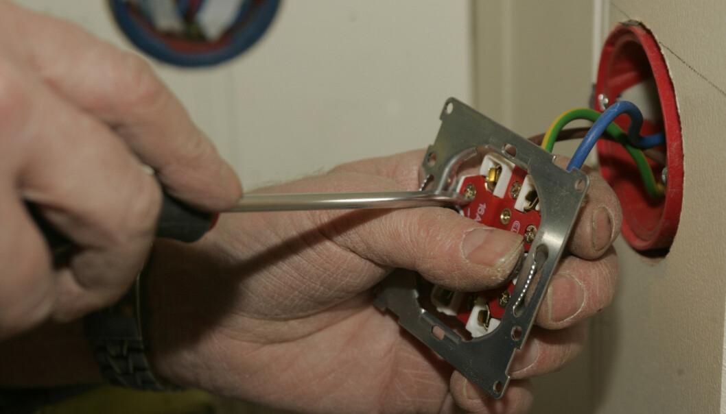 <strong>HOBBYELEKTRIKER:</strong> Nærmere 1 av 4 sier at de har utført elektrisk arbeid. Foto: Terje Bendiksby/NTB Scanpix.