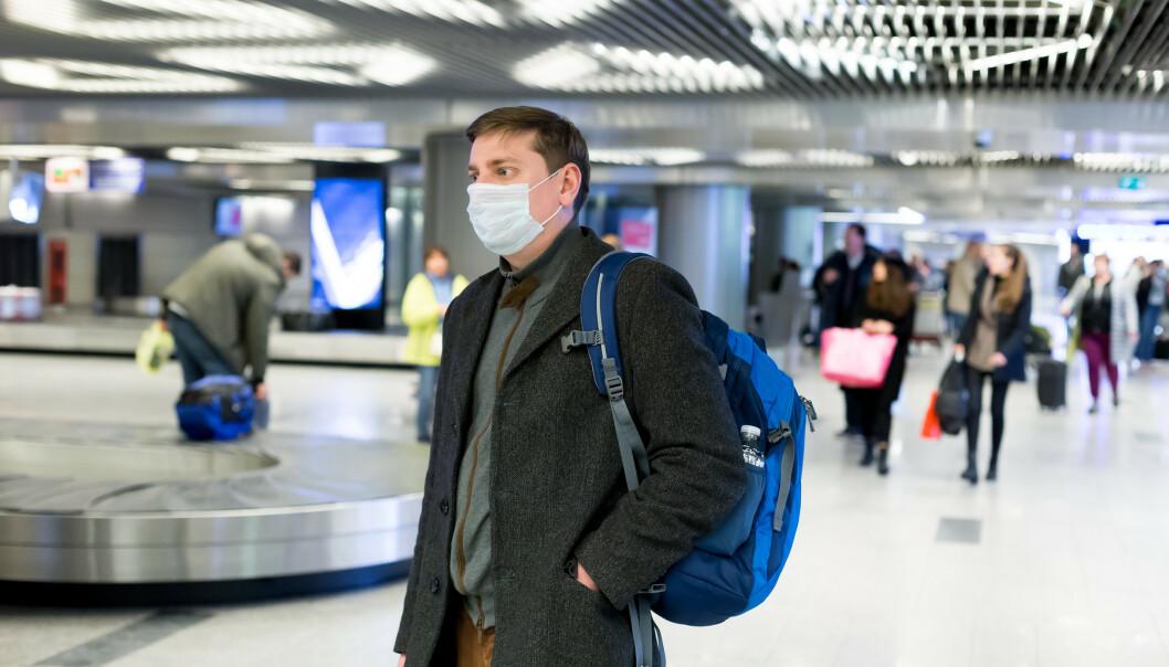<strong>MUNNBIND:</strong> Mens Norges smittevernveileder for luftfarten anbefaler å la midtsete stå ledig, kan EU kreve bruk av munnbind på flyreisene. Foto: NTB Scanpix