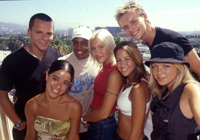 POPULÆRE: Her er hele S Club 7 samlet i august 1999. F.v. Tina Barrett, Paul Cattermole, Bradley McIntosh, Jo O'Meara, Rachel Stevens, Hannah Spearritt og Jon Lee. Foto: NTB Scanpix