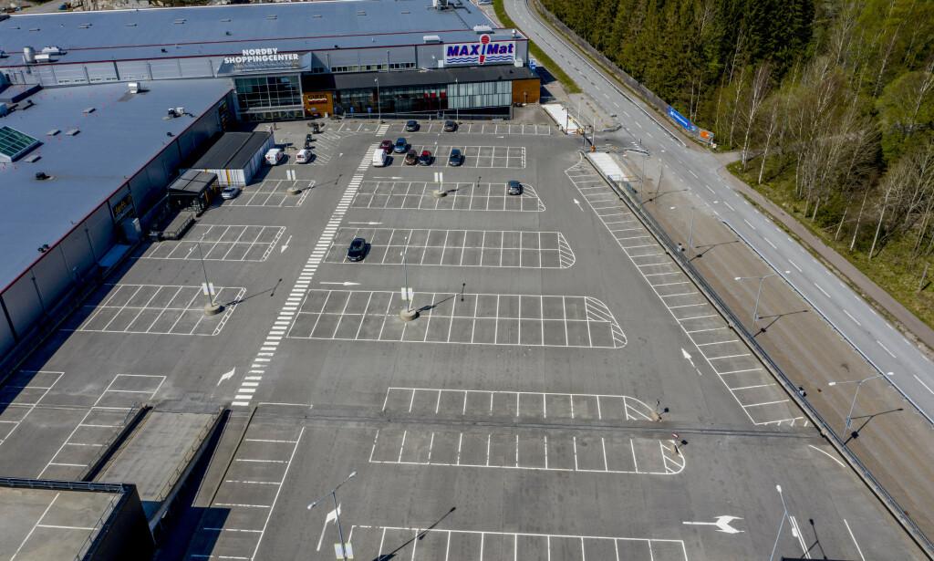 SPØKELSESBY: Normalt kryr det av folk på Nordby shoppingsenter like over grensa. Nå er «Norges største kjøpesenter» en spøkelsesby. Foto: Adam Ihse/TT / NTB scanpix