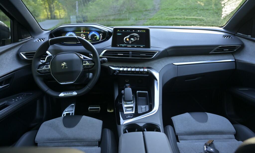 ANNERLEDES: Peugeot har et smakfullt utvalg av materialer som oppfattes som premium. Den er godt isolert og setene i GT har mange justeringsmuligheter. Foto: Rune M. Nesheim