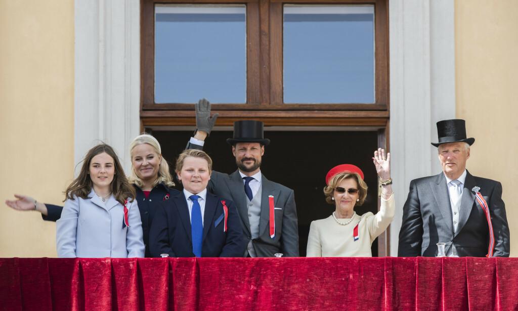 Barnetoget går forbi Slottet hvor kronprinsesse Mette-Marit, prins Sverre Magnus, kronprins Haakon, prinsesse Ingrid Alexandra, dronning Sonja og kong Harald vinker fra slottsbalkongen 17. mai. Foto: Berit Roald / NTB scanpix