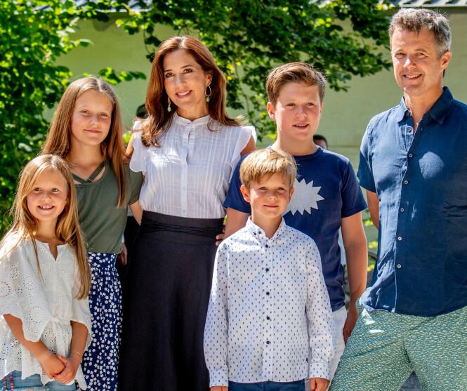 <strong>SAMLET:</strong> Her er hele familien bestående av kronprins Frederik, kronprinsesse Mary og de fire barna prins Christian, prinsesse Isabella, prins Vincent og prinsesse Josephine. Foto: NTB Scanpix
