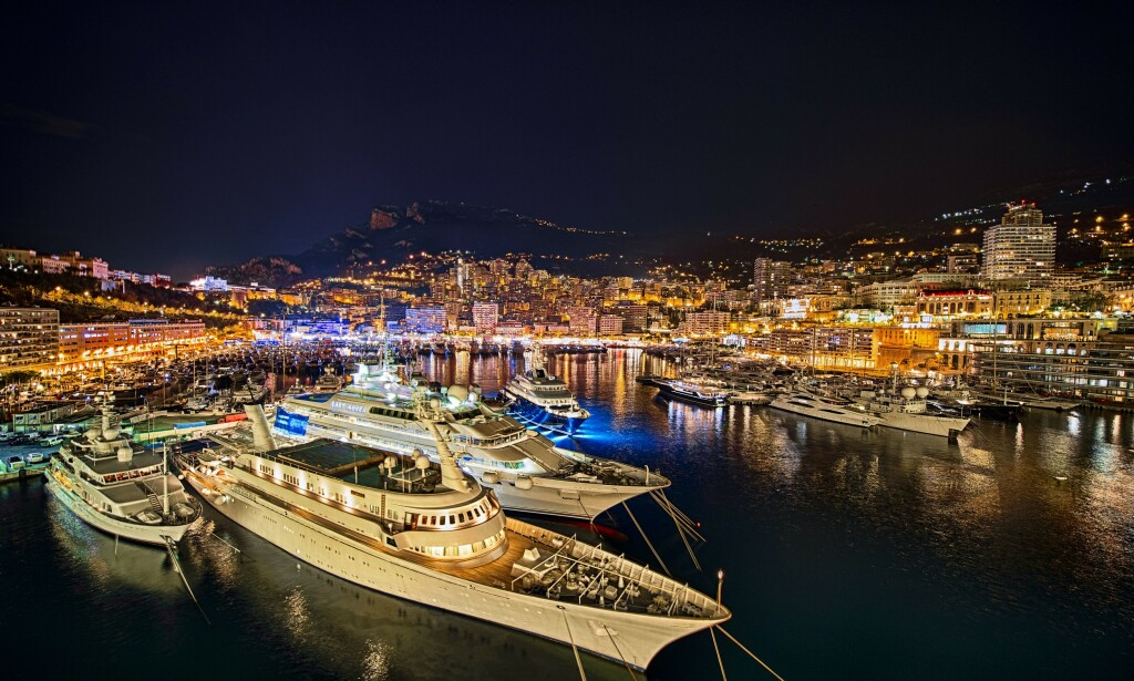 REISESTANS: Monte Carlo i Monaco, kjent for sine kasinoer, strender og glamour, er et yndet reisemål for verdens rikeste. Nå setter stengte landegrenser en stopper for både ferie og forretningsreiser. Samtidig kan restriksjonene få konsekvenser for gigantformuer. Foto: NTB Scanpix