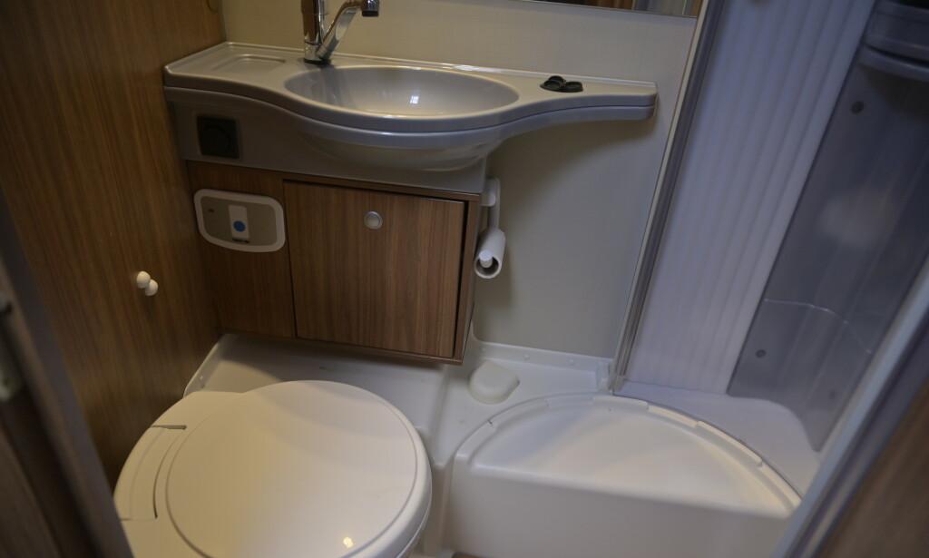 STORT NOK: Velg mellom flere løsninger, blant annet separat dusj- og do-rom. Dusjkabinettet er romslig, er lett å holde rent og gir med søling. Do-besøkene krever nye rutiner. Foto: Rune M. Nesheim
