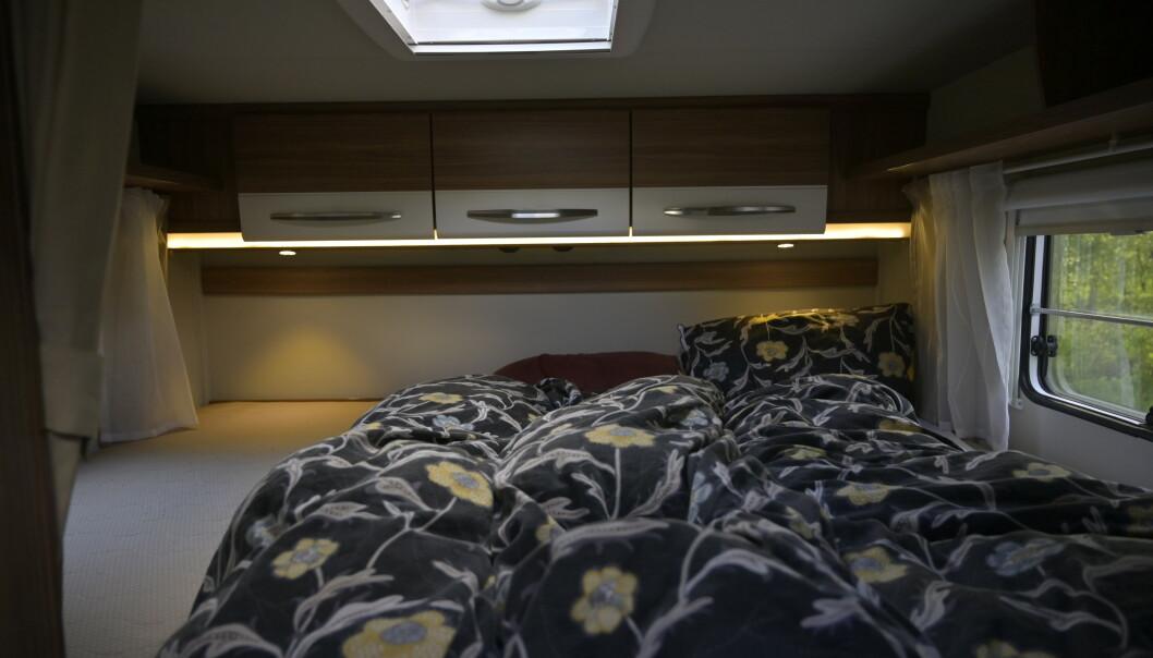 <strong>TRE:</strong> Det er nesten for god plass i king size senga bakerst. Den rommer lett tre personer. Foto: Rune M. Nesheim