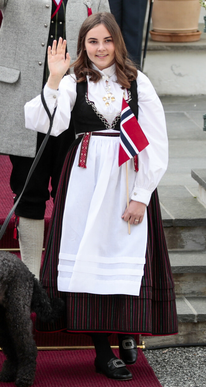 <strong>FØDSELSGAVE:</strong> Da prinsessa kom til verden i 2004, fikk hun bunader for hele livet fra Vest-Agder. Foto: Lise Åserud / NTB scanpix