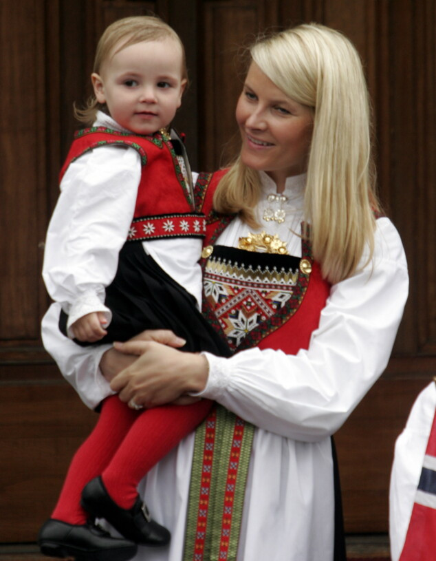 <strong>LIK BUNAD:</strong> I 2006 bar Ingrid Alexandra Hardangerbunaden hun fikk til dåpen i to år tidligere. Kronprinsesse Mette-Marit fikk sin Hardangerbunad i bryllupsgave i 2001. Foto: Jarl Fr. Erichsen / NTB Scanpix