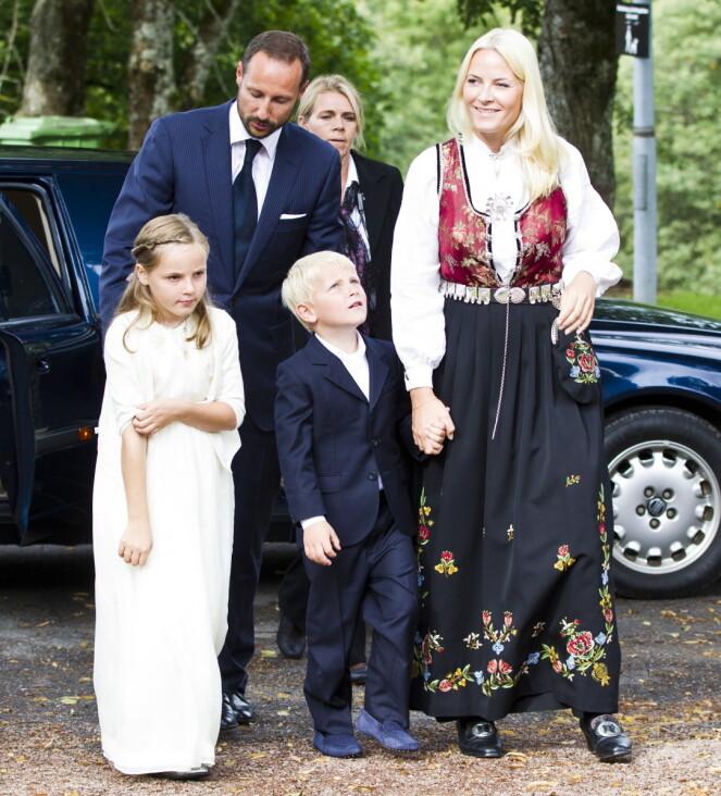 <strong>KONFIRMASJONSGAVEN:</strong> Mette-Marit bar sin egen konfirmasjonsgave da sønnen, Marius Borg Høiby, konfirmerte seg for åtte år siden. Foto: Vegard Grtt / NTB scanpix