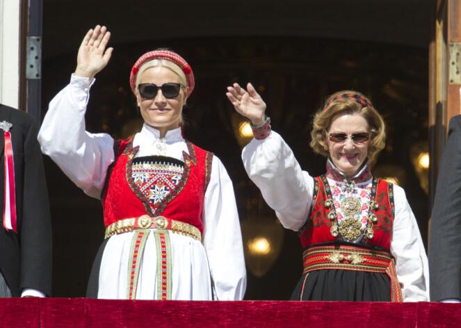 <strong>BRYLLUPSGAVE:</strong> Kronprinsessa fikk denne Hardangerbunaden da hun giftet seg med kronprins Haakon i 2001. I anledning markeringen av Grunnlovens 200-årsjubileum, stilte både Mette-Marit og Sonja i bunad på slottsbalkongen i 2014. Foto: Andreas Fadum / Se og Hør