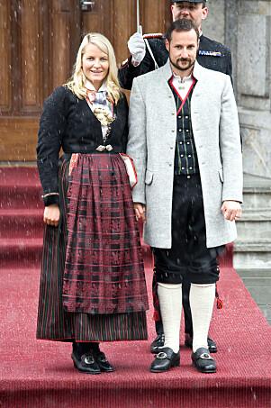 <strong>FRA HJEMFYLKET:</strong> Bunaden fra Vest-Agder hadde plisséstakk da kronprinsessen fikk den i 2005. Tre år seinere fikk hun sydd den om, slik at skjørtet ble stripete. Foto: Andreas Fadum