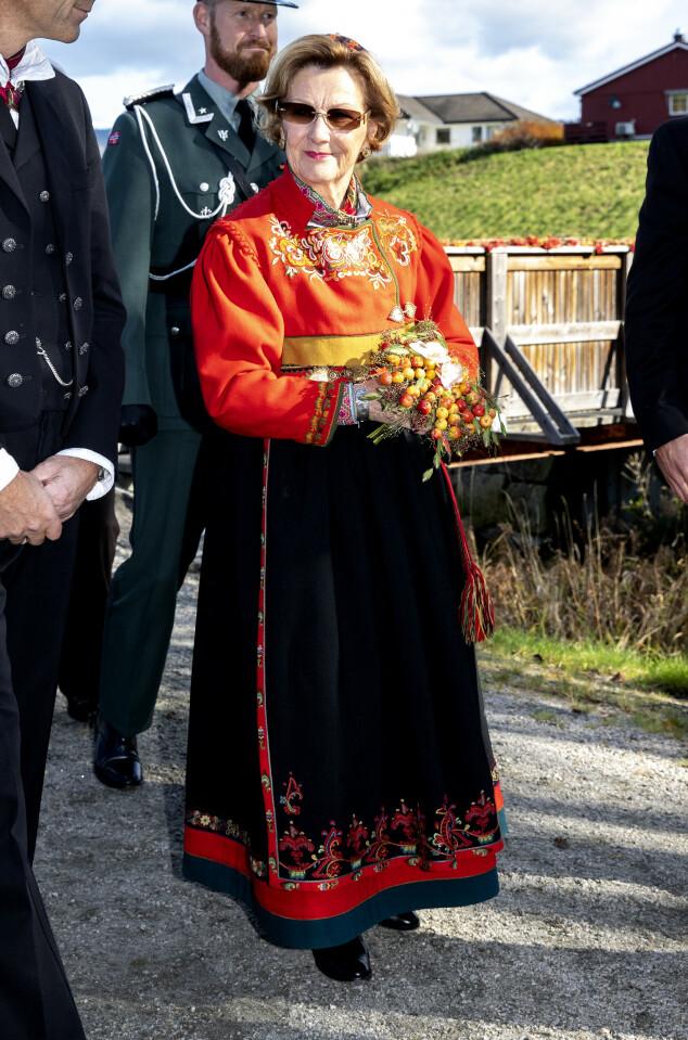<strong>SPESIELL BUNAD:</strong> Dronninga i sin bunad fra Øst-Telemark under et besøk i Bø i Telemark i fjor. Foto: Andreas Fadum / Se og Hør