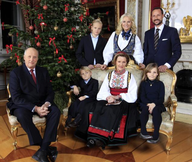 <strong>JULEFEIRING:</strong> Under julefotograferingen i 2011 hadde dronninga på sin beltestakk fra Telemark. Kronprinsessen bar også bunad. Foto: Lise Åserud / NTB Scanpix